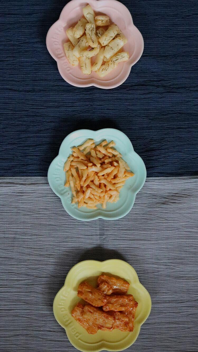 お皿に乗ったおかきの画像